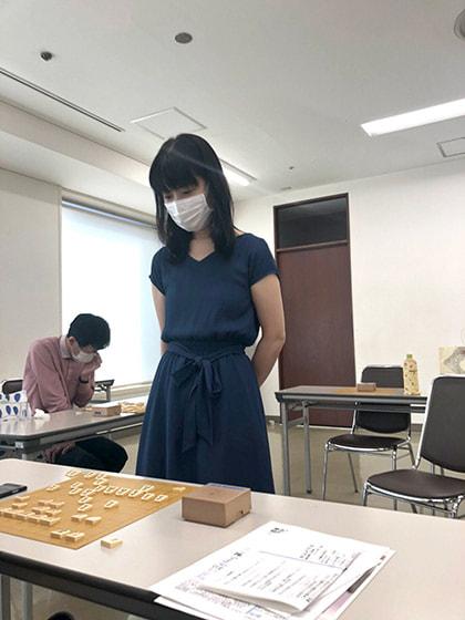 指導対局をする村田女流二段